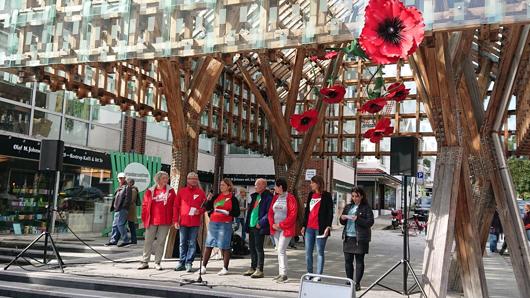 sju av kandidatene til Sandnes SV holder appell under byfesten 7. september.