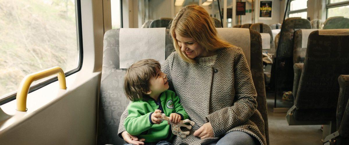 Mor og sønn som tar toget. Foto