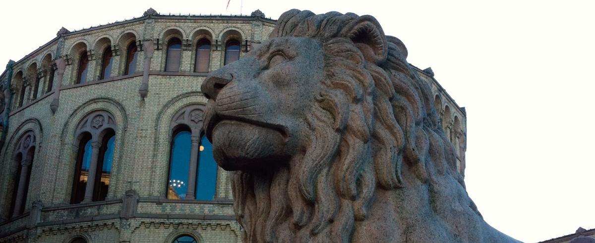 En av løvene utenfor stortinget. Foto