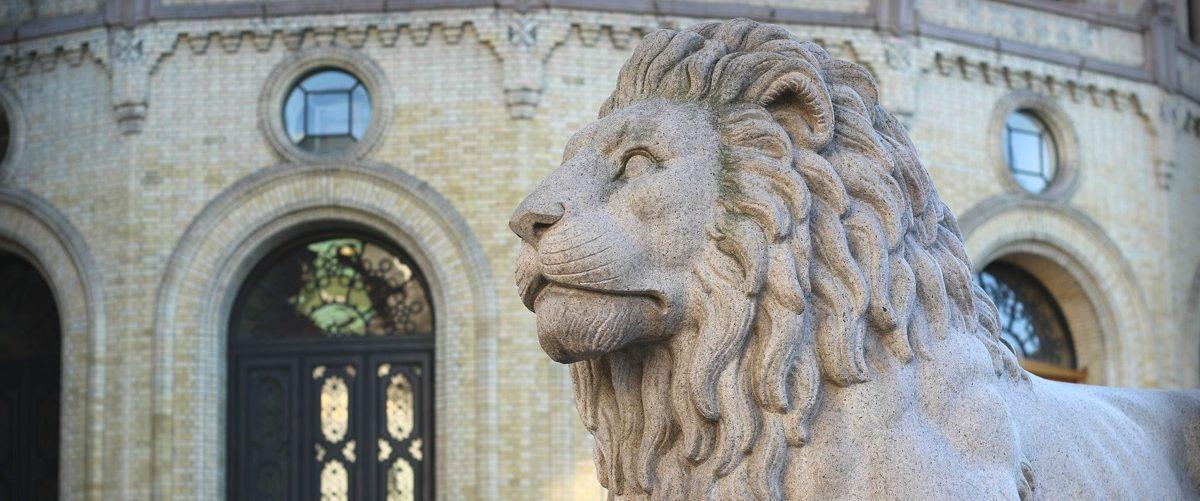 Én av løvene foran Stortinget. Foto