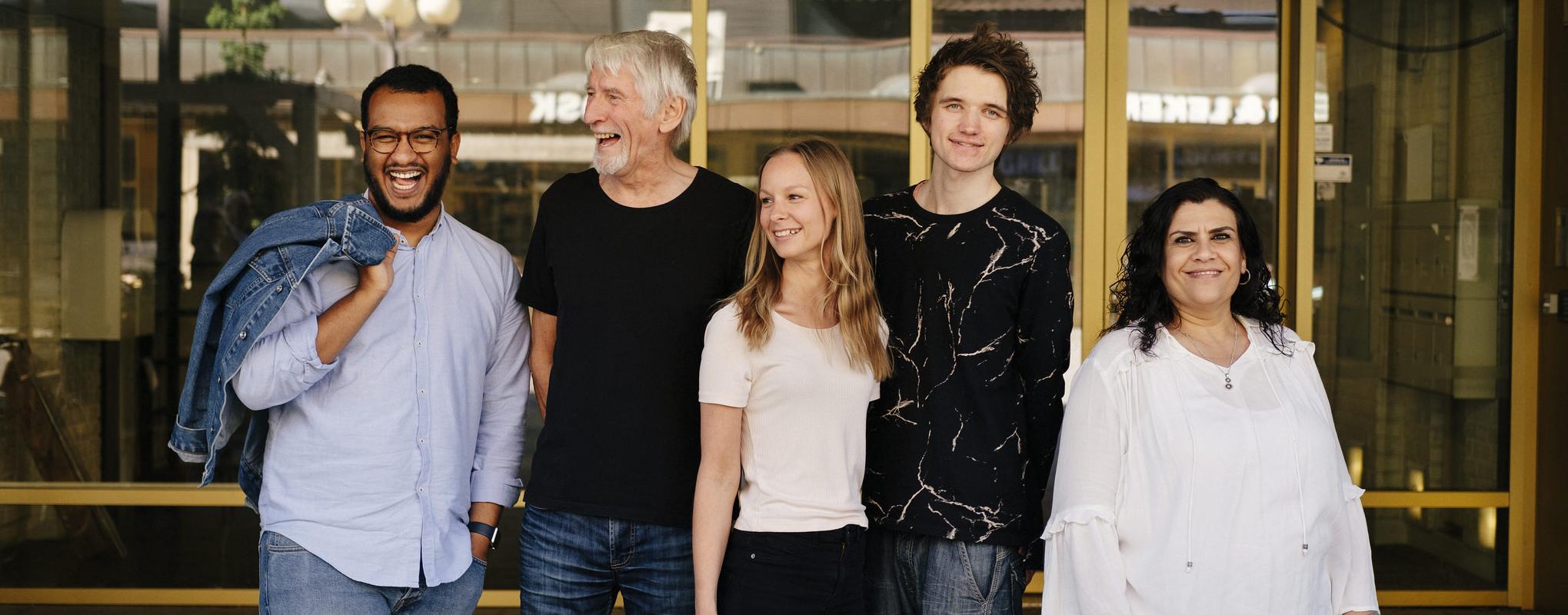 Fem blide ulike mennesker. Foto