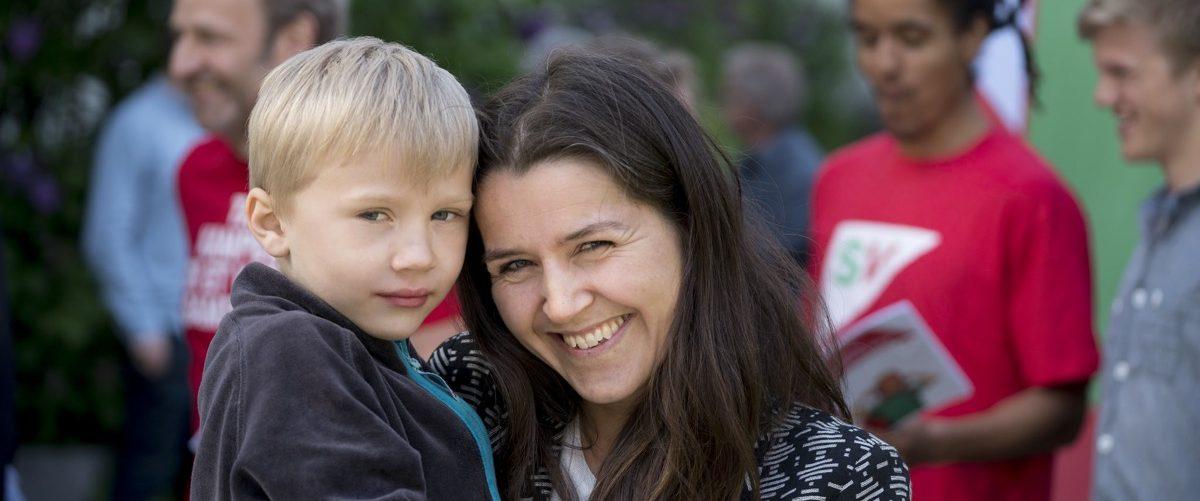 Mor og sønn som ser inn i kameraet. Foto