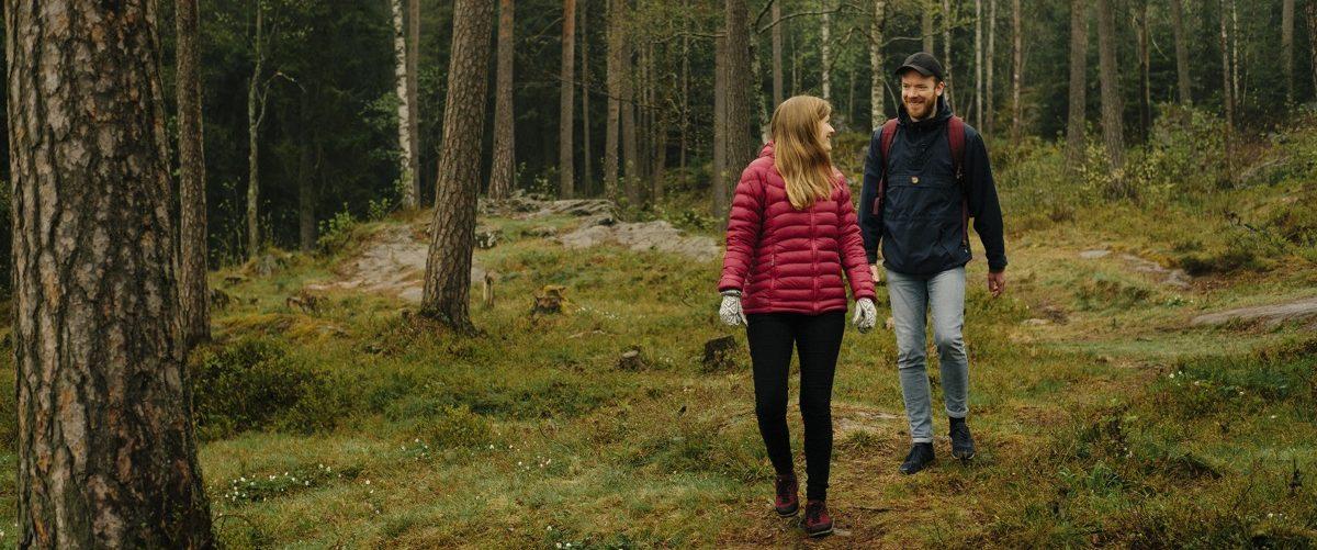 To personer som går tur i skogen. Foto
