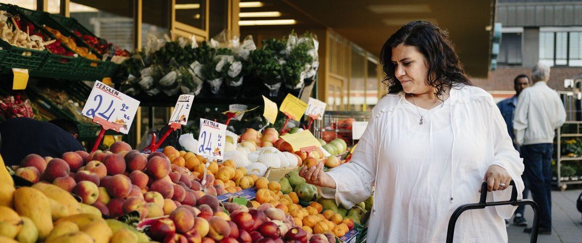 Bilde av kvinne som handler frukt. Foto