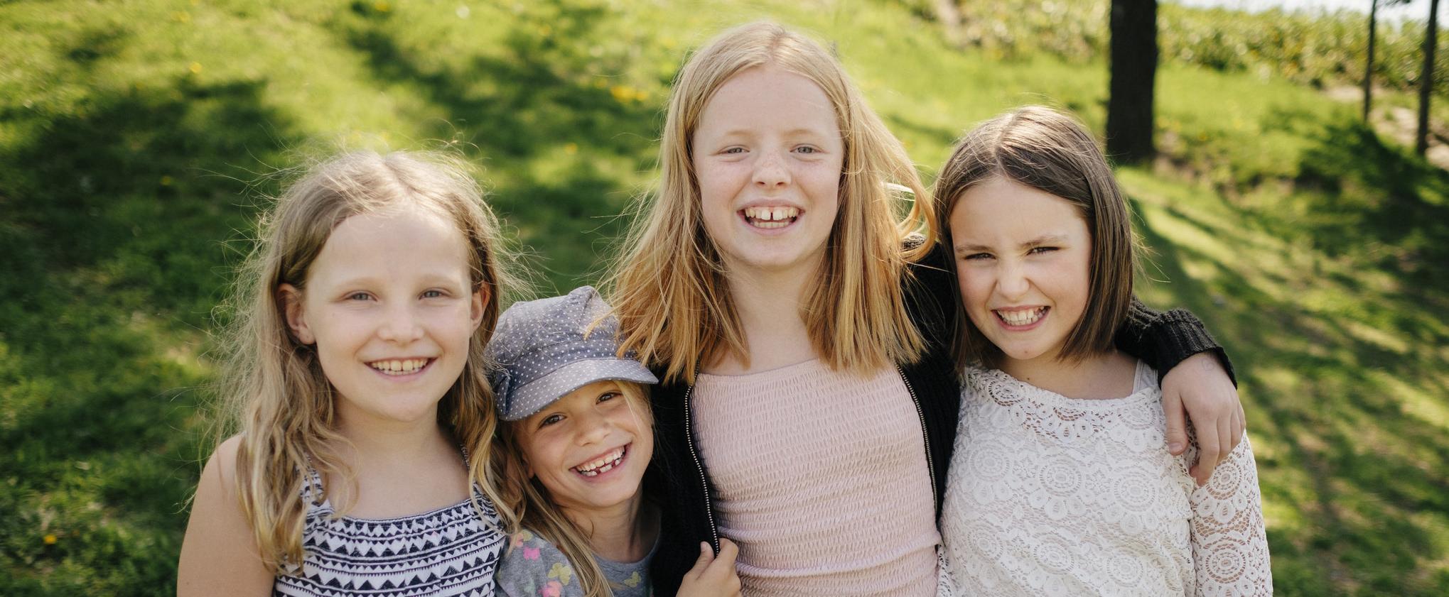 fire jenter i barneskolealder. Foto
