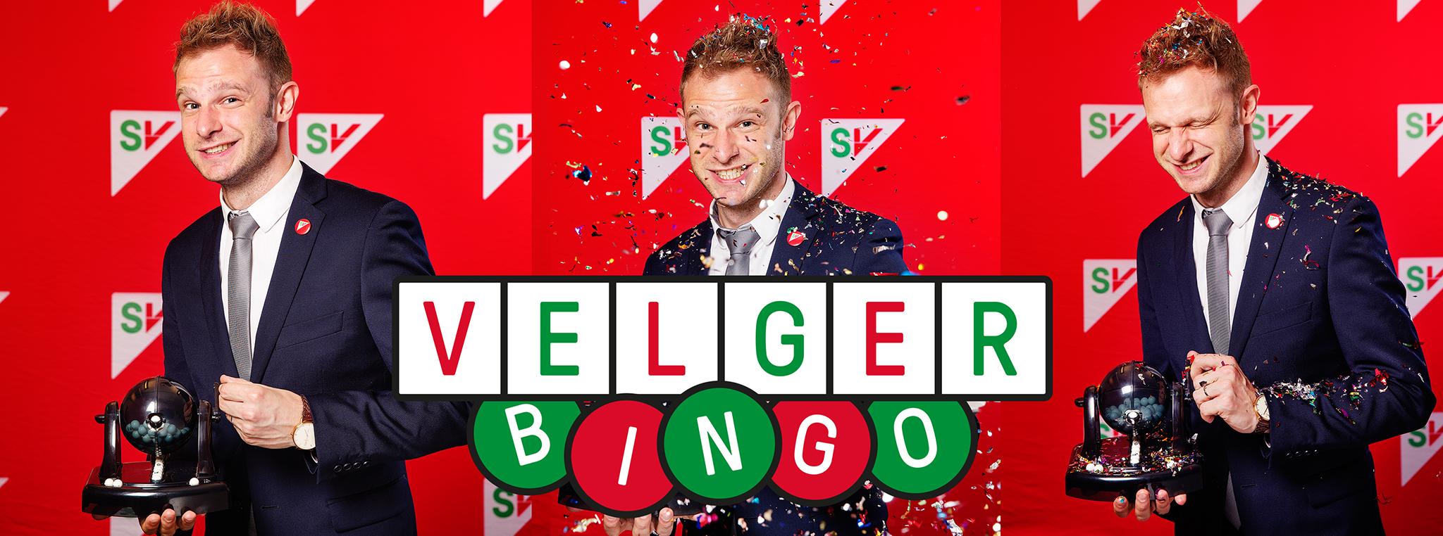 Velgerbingo. Snorre Valen som bingovert dekket av konfetti. Grafikk over foto